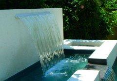 fuente-con-cascada-en-jardin.jpg