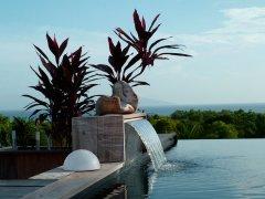 preciosa-piscina-con-cascada-artificial.jpg